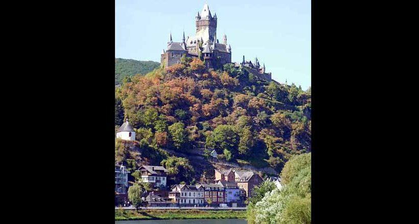Die Reichsburg erhebt sich majestätisch über Cochem.