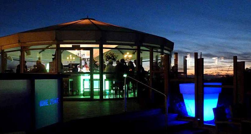 """Hier in der Strandbar des Restaurants """"Hohe Düne"""" genießt man Aperol und Sonnenuntergang."""