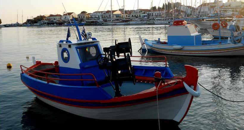 Kleine Fischerboote im Hafen von Pythagorion