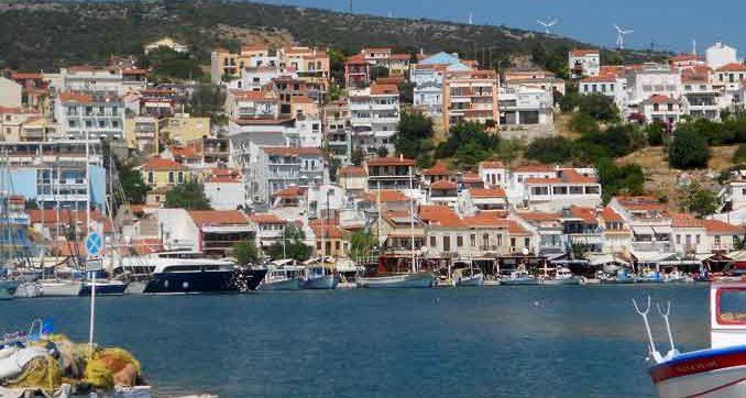 Das ehemalige Fischerdorf Pythagorion liegt malerisch in der Bucht von Tigani.