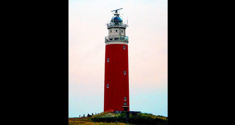 Der rote Leuchtturm im Norden von Texel ist das Wahrzeichen der Insel.